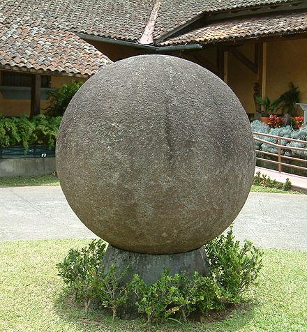 Каменная сфера во дворике Национального музея Коста-Рики. Автор: WAvegetarian из английской Википедии, CC BY-SA 3.0, https://commons.wikimedia.org/w/index.php?curid=3554973