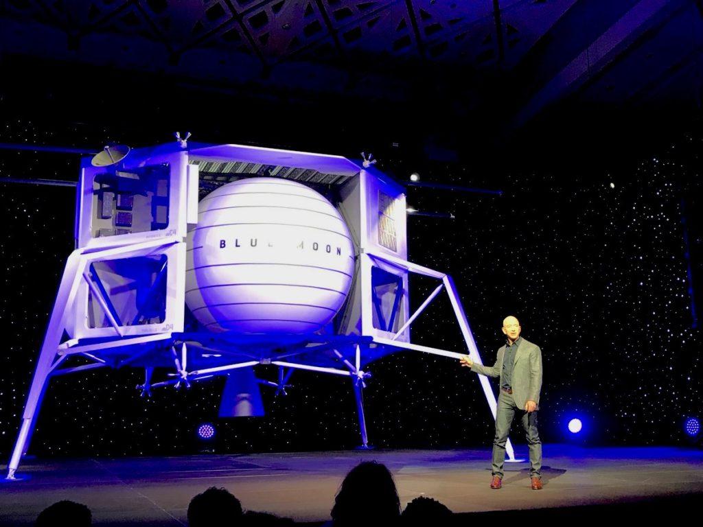 "Джефф Безос на презентации ""Blue moon"" в Вашингтоне.  Источник фото: Stephen Clark/Spaceflight Now"