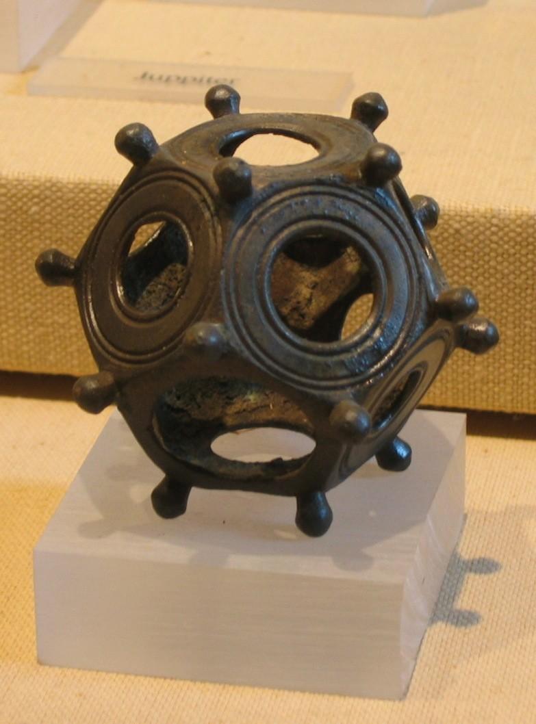 Подробнее Римский додекаэдр, найденный в Германии.   Автор: User:Itub - собственная работа, CC BY-SA 3.0, https://commons.wikimedia.org/w/index.php?curid=2143006