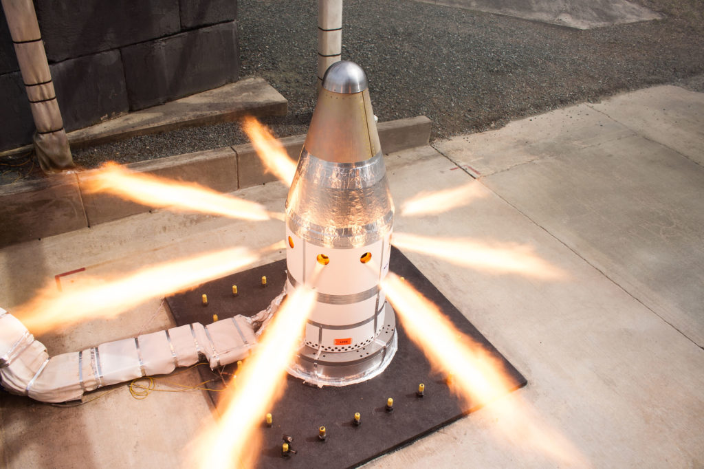 Система контроля ориентации двигателя на тесте. Источник: Northrup Grumman, NASA