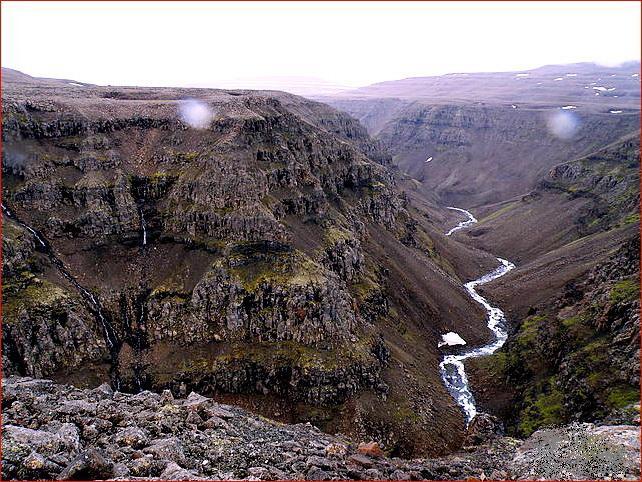 Базальтовые скалы плато Путорана, образованного траппами, прорезаны узкими речными каньонами