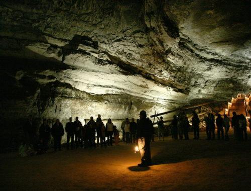 Посетители национального парка в Мамонтовой пещере. A national park ranger guiding tourists through Mammoth Cave. Автор фото:Daniel Schwen. Источник фото: https://wikimedia.org