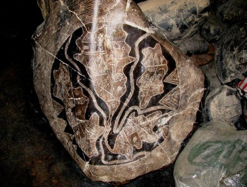 Изображение на одном из камней, считающееся некоторыми энтузиастами картой Северной (вверху в центре) и Южной Америк (внизу в центре), погибшего континента Му (слева) и Атлантиды (справа)[7] Автор: Brattarb [CC BY-SA 3.0 (https://creativecommons.org/licenses/by-sa/3.0)]