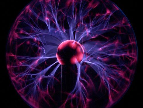 Плазменная лампа, иллюстрирующая некоторые из наиболее сложных плазменных явлений, включая филаментацию. Свечение плазмы обусловлено переходом электронов из высокоэнергетического состояния в состояние с низкой энергией после рекомбинации с ионами. Этот процесс приводит к излучению со спектром, соответствующим возбуждаемому газу. Автор: I, Luc Viatour [CC BY-SA 3.0 (http://creativecommons.org/licenses/by-sa/3.0/)]