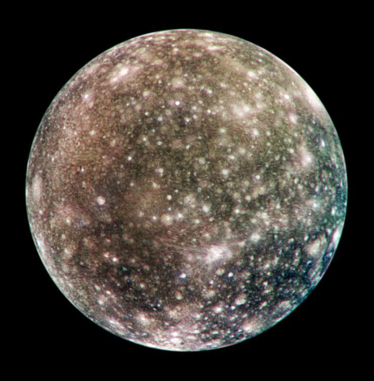 Сильно кратерированное противоюпитерианское полушарие Каллисто.