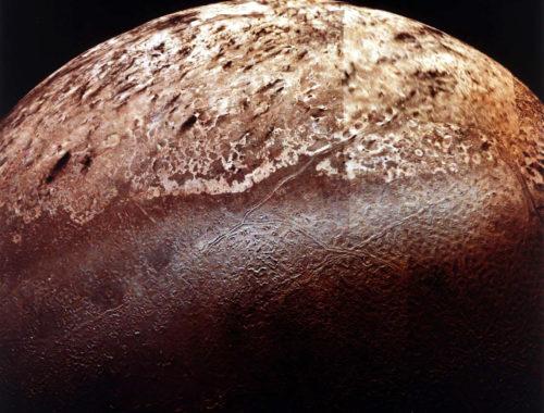 Южная полярная шапка Тритона (занимает верхнюю половину снимка). Автор: NASA/JPL [Public domain]