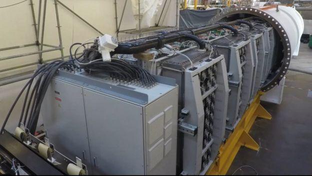 Компьютерные стойки собираются в капсулу. Автор: AFP