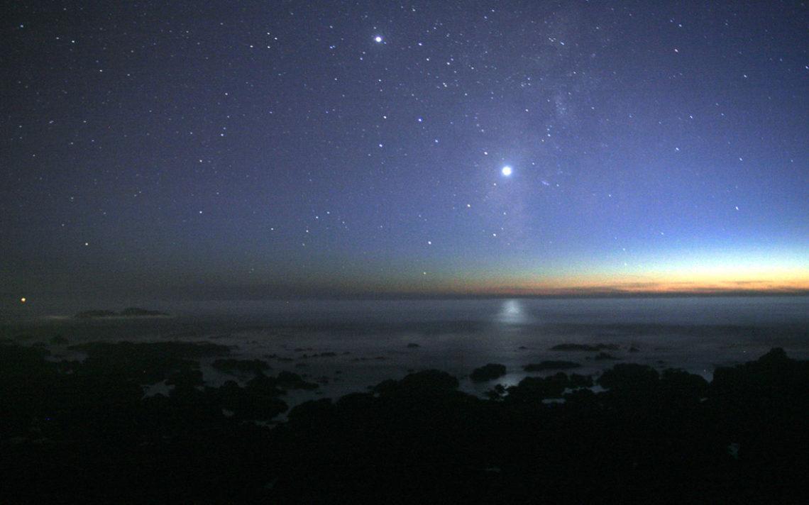 Венера всегда ярче, чем самые яркие звёзды (кроме Солнца). На этом снимке Венера отражается в водах Тихого океана