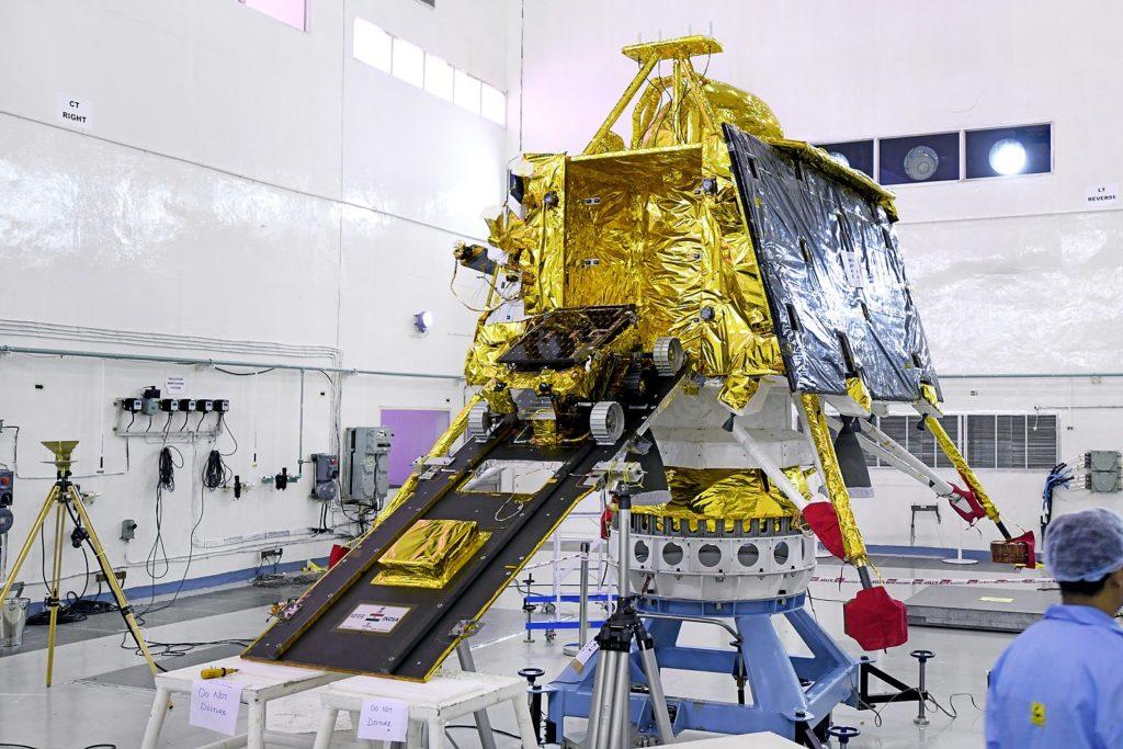 Посадочный модуль Викрам с луноходом на опускаемом трапе.