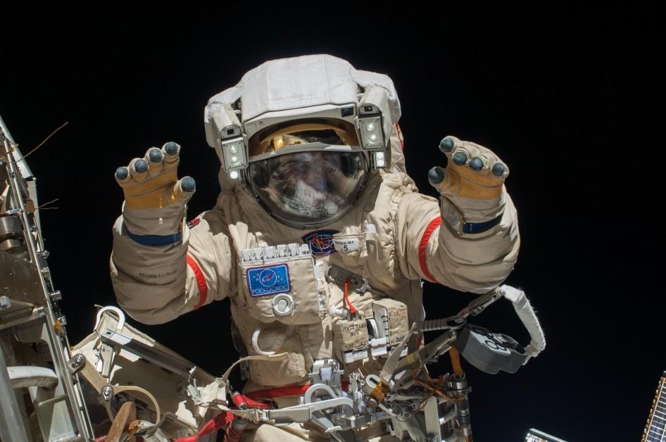 Снимки космонавтов Роскосмоса в открытом космосе