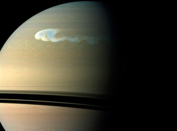 Планета Сатурн - шестая от солнца. Газовый гигант
